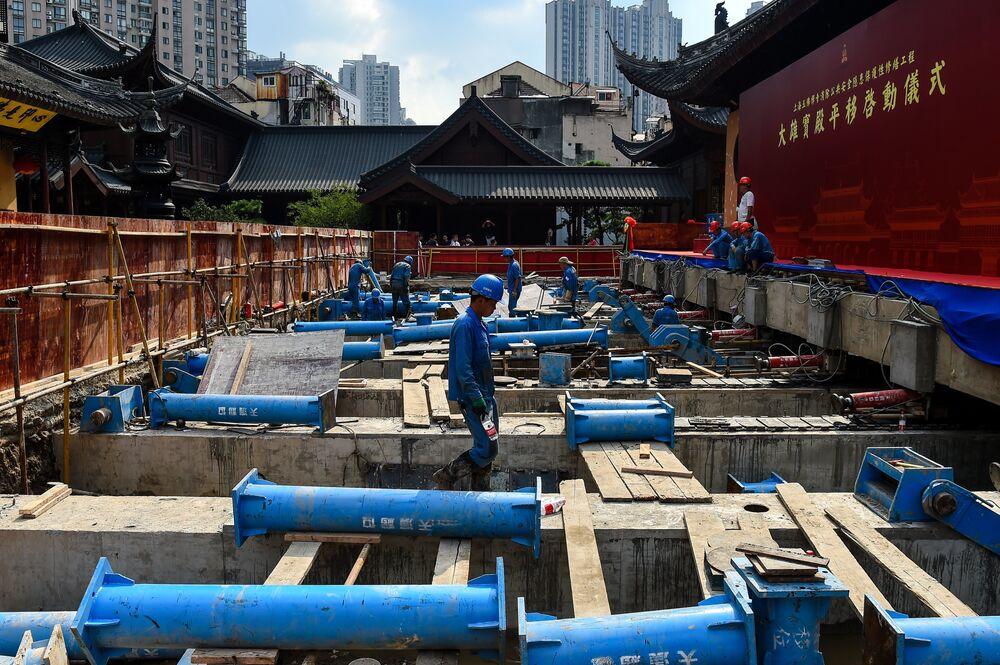 Ardından betondan raylar inşa edilerek tapınak hidrolik krikoların üzerinde yükseltildi.