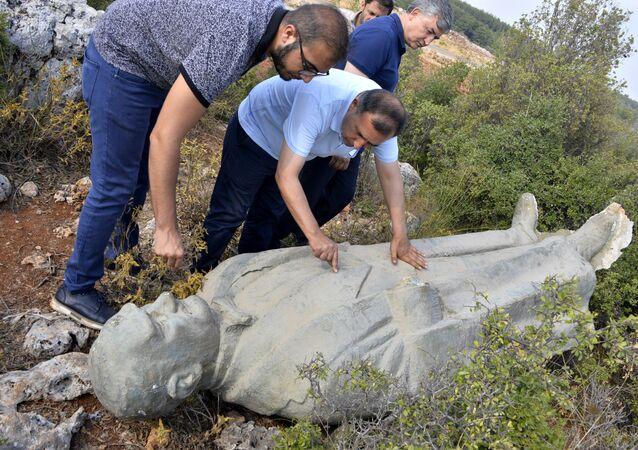 Çalılık alanda Atatürk heykeli bulundu