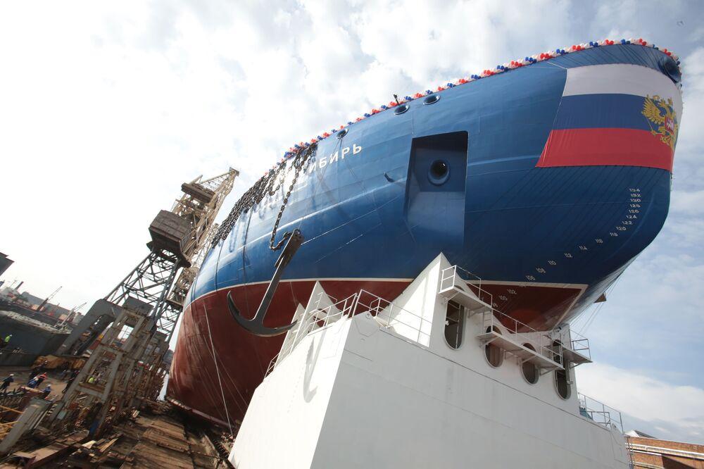 Dünyanın en güçlü nükleer buzkıran gemisinin suya indirme töreni