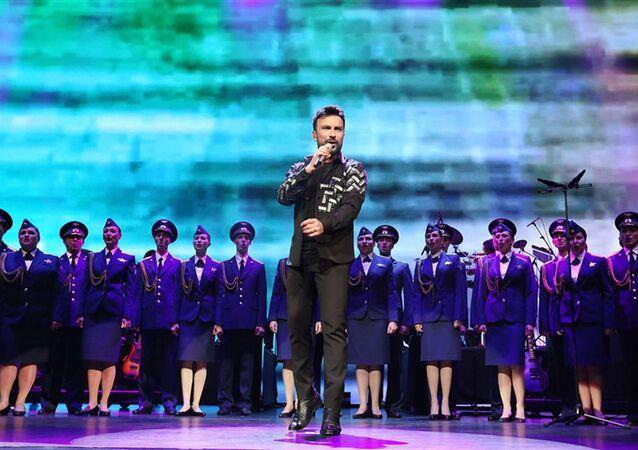 Kızıl Ordu Korosu, Tarkan ve Ajda Pekkan sahnede