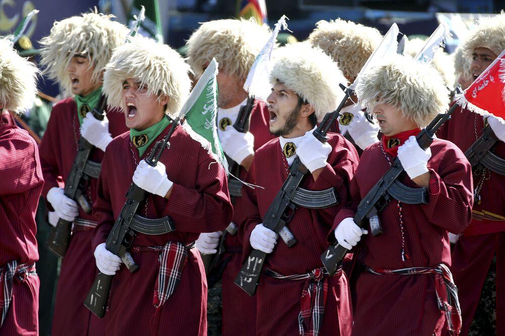 İran-Irak Savaşı başlangıcının 37. yıl dönümü münasebetiyle düzenlenen askeri törene katılan İran Türkmenleri