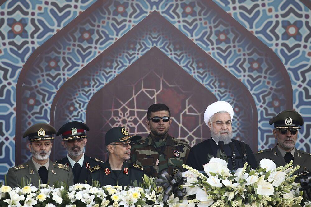 İran-Irak Savaşı başlangıcının 37. yıl dönümü münasebetiyle düzenlenen askeri geçidinde konuşan İran Cumhurbaşkanı Hasan Ruhani