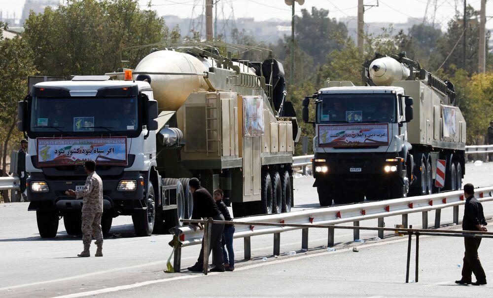 İran'ın yeni uzun menzilli balistik füze Khoramshahr Tehran'da düzenlenen askeri törende