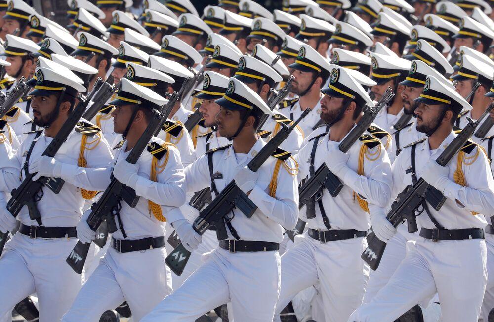 İran askerleri İran-Irak Savaşı başlangıcının 37. yıl dönümü münasebetiyle düzenlenen askeri geçitte.