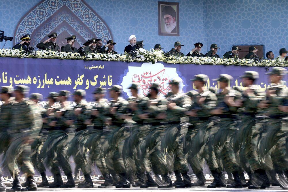 Tahran'da 'Kutsal Savunma Haftası' için düzenlenen askeri tören