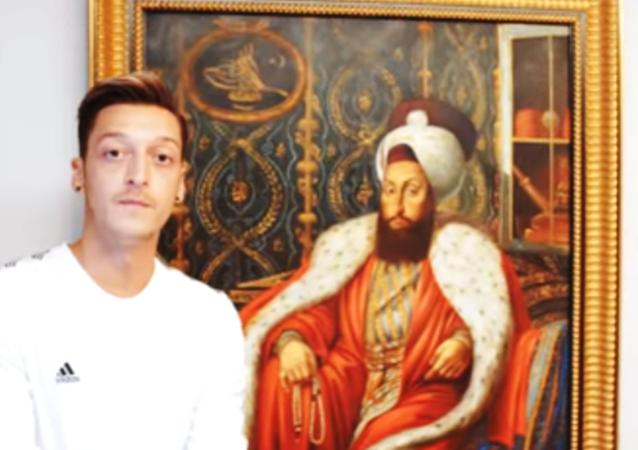 Arsenal'in futbol yıldızı Mesut Özil, YouTube'daki Hypebeast kanalı için İngiltere'nin başkenti Londra'daki evinin kapılarını açtı.