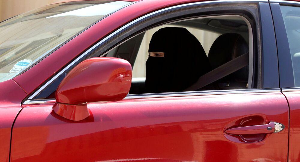 Araba süren Suudi kadın