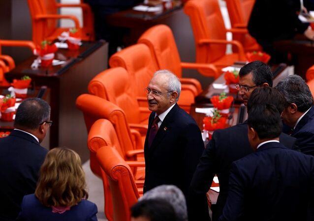 Kahraman, TBMM'nin açılış töreninin ardından makamındaki toplantıda CHP Genel Başkanı Kemal Kılıçdaroğlu'nun bulunmamasına ilişkin Herkesi davet ettik. Galiba randevusu vardı dedi. Kılıçdaroğlu ise davet edilmediğini belirterek Meclis Başkanı'na yalan söylemek yakışmıyor dedi.