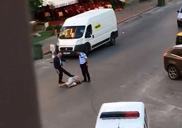 Antalya'da polis yerdeki kadını tekmeleyip copla dövdü