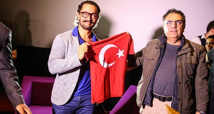 Bollywood'un ünlü oyuncusu Aamir Khan, Kanyon Alış Veriş Merkezi'ndeki Cinemaximum'daki bir salonda hayranlarıyla buluştu. Etkinlikte bir hayranı tarafından Khan'a Türk Baraklı tişört hediye edildi.