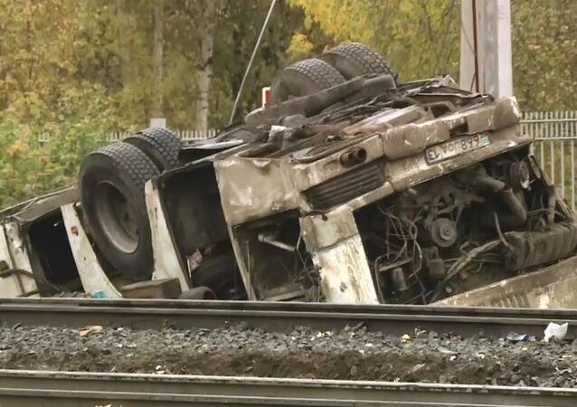 Rusya'da tren ve otobüs çarpıştı: 19 ölü
