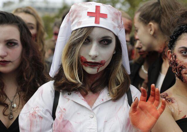 Paris'te zombi geçidi