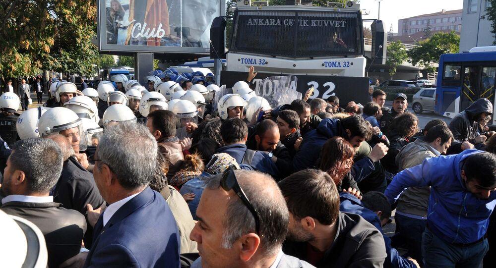 Ankara'da 2 yıl önce Gar Kavşağı'nda meydana gelen ve 101 kişinin hayatını kaybettiği, yüzlerce kişinin de yaralandığı bombalı terör saldırısının yıl dönümünde, hayatını kaybedenleri anmak için Ankara Tren Garı önünde toplanmak isteyen gruplara polis biber gazı ile müdahale etti.