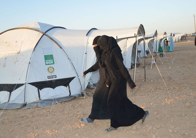 IŞİD militanlarının eşleri ve çocukları, DSG tarafından Ayn İsa kasabasında yapılan çadır kampına yerleştiriliyor.
