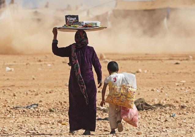 Ayn İsa mülteci kampındaki Suriyeli siviller