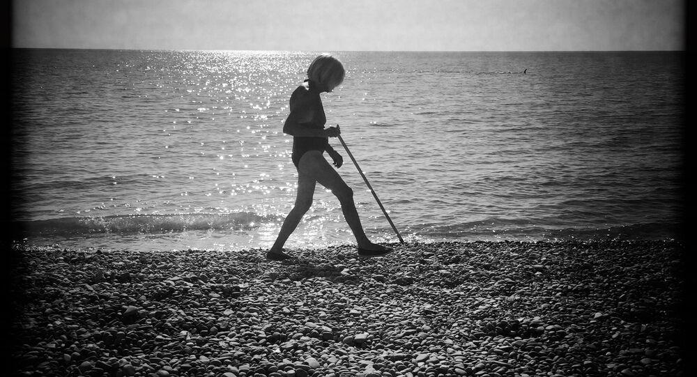 Fransa'nın Nice şehrinde tek başına dolaşan yaşlı biri