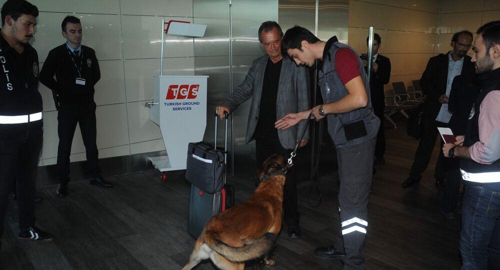 Atatürk Havalimanı'nda Avusturya yolcularına köpekli arama