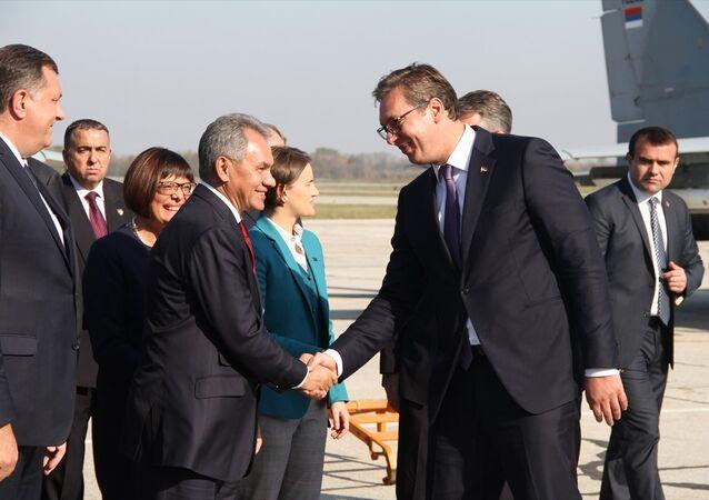 Rusya Savunma Bakanı Şoygu Sırbistan'da Sırbistan Cumhurbaşkanı Aleksandar Vucic ile birlikte