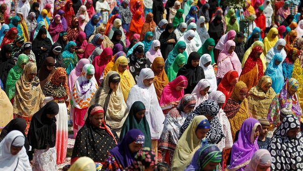 Women offer prayers at the Qutub-e-Alam shrine on the eve of the Eid al-Adha festival on the outskirts of Ahmedabad, India, September 12, 2016. - Sputnik Türkiye