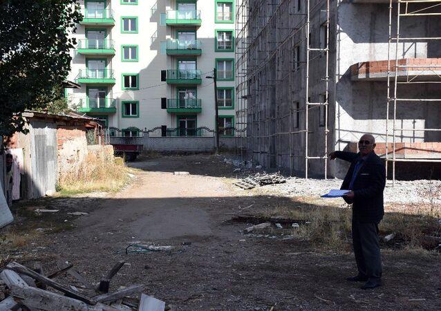 Yaşadığı müstakil evinin önünden geçen yol, imarla konut alanına dönüştürülen emekli Kadir Öncü