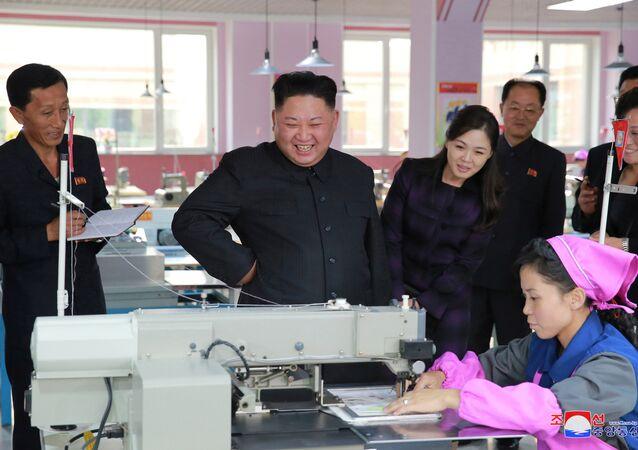 Kim ve Eşi Ri bu ay bir ayakkabı fabrikasını ziyaretleri sırasında da birlikte görüntülenmişti.