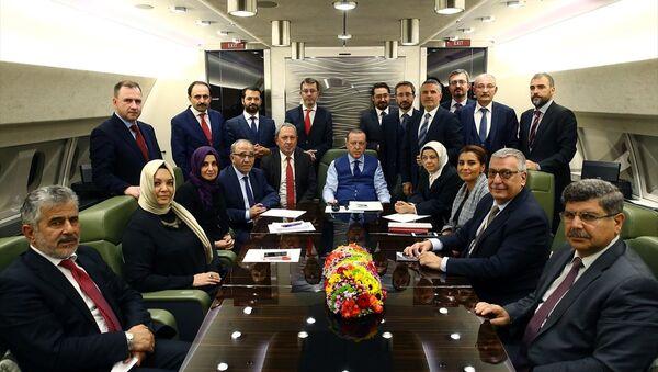 Cumhurbaşkanı Recep Tayyip Erdoğan, Azerbaycan dönüşü uçakta gazetecilerle - Sputnik Türkiye