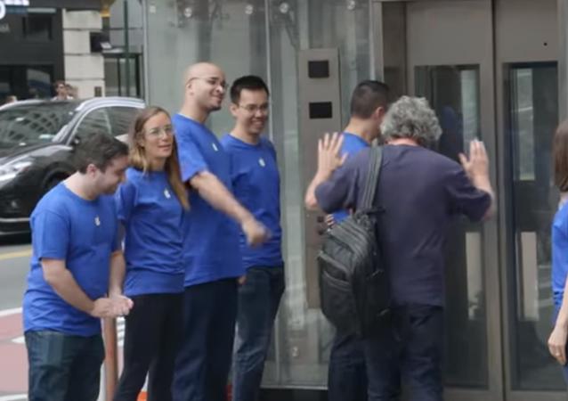 Sahte Apple Store yaptılar, 50 kişi iPhone X sırası bekledi (Video haber)