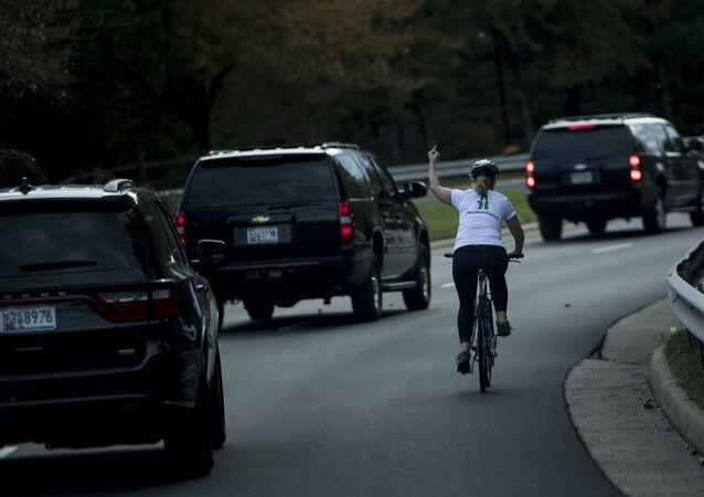 Trump'ın korteji geçerken orta parmağını kaldıran Juli Briskman