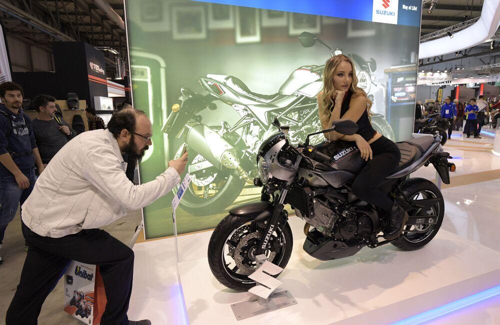 Suzuki SV650X ABS motosikletiyle poz veren manken.