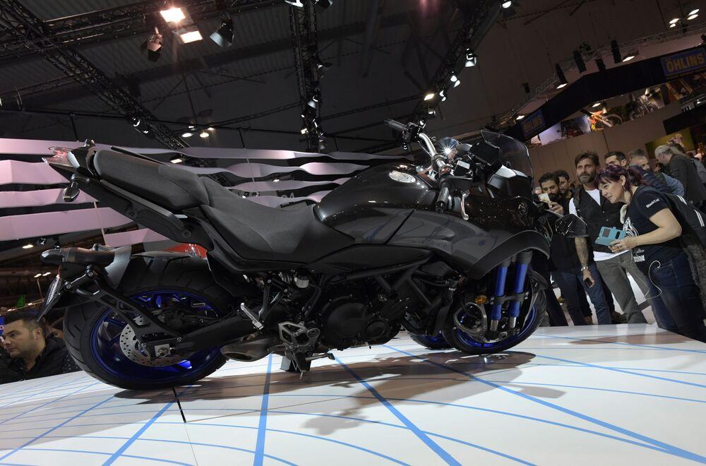 Ziyaretçiler yeni Yamaha Niken motosikletini inceliyor.