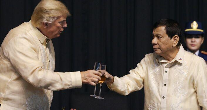 Bu arada Duterte'nin zirve öncesinde verilen yemekte 'Trump'ın isteği üzerine' şarkı söylediği öğrenildi. Reuters'ın haberine göre Duterte, ünlü Filipinli sanatçı Pilita Corrales'e 'Ikaw' (Sen) adlı şarkıda eşlik etti. Şarkının bir bölümünde 'Sen dünyamı aydınlatan bir ışıksın, bu bendeki kalbin yarısısın' ifadesi geçiyor. Öte yandan konuyla ilgili ABS-CBN kanalına konuşan Duterte Hanımefendiler ve beyefendiler, planladığım bir şey değildi, ABD Başkomutanı'nın (Trump) talebi üzerine söyledim dedi.