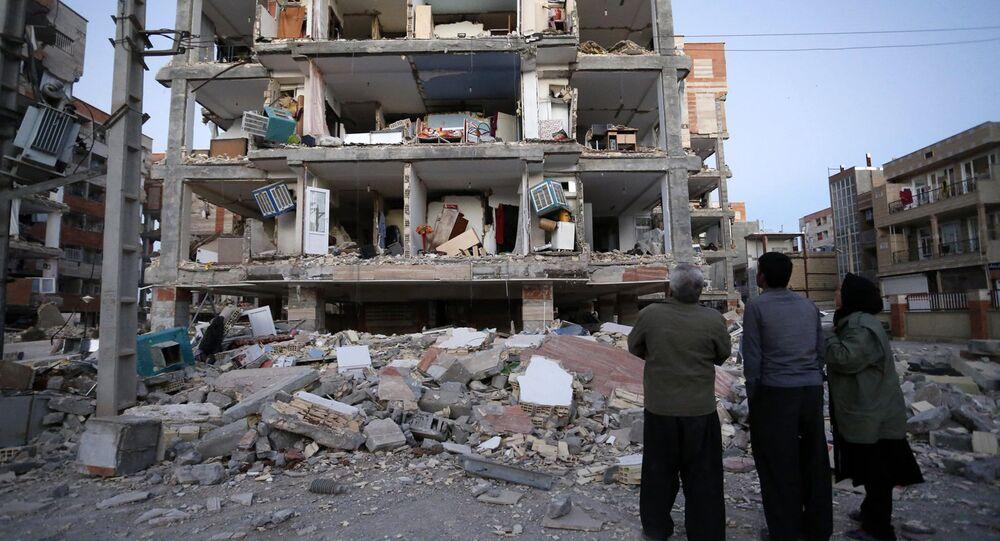 İran'ın Kirmanşah vilayetindeki Serpulzihab bölgesinde depremde zarar gören bir ev