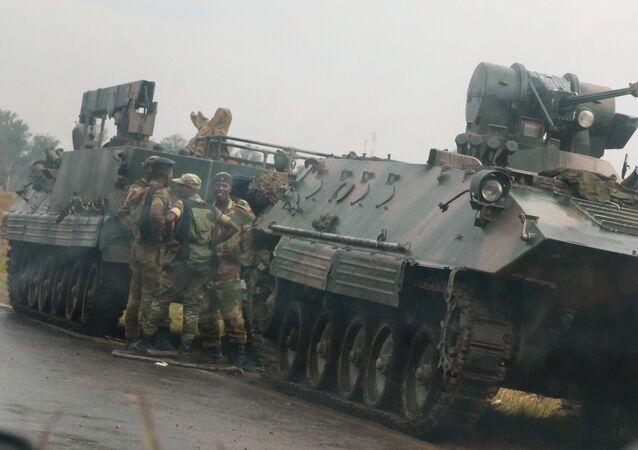Zimbabwe'de darbe tehditi: Başkentin etrafında tank konvoyu bekliyor