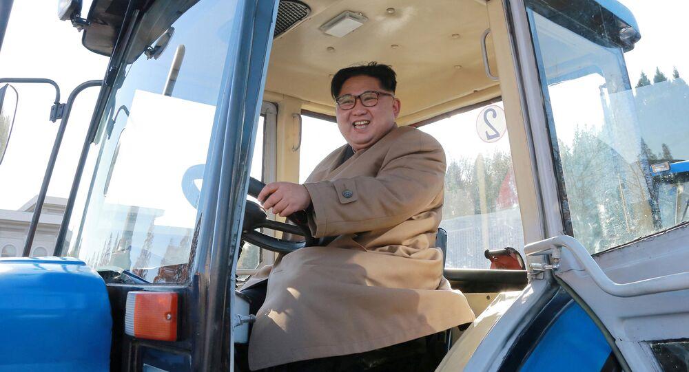 Kuzey Kore lideri Kim Jong-un, Kumsong traktör fabrikasında
