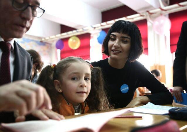 UNICEF Türkiye Temsilcisi Duamelle ve UNICEF İyi Niyet Elçisi oyuncu Tuba Büyüküstün, Kilis'te çocuklarla bir araya geldi