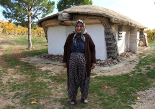 Kaplumbağaları ters çeviren insanları protesto etmek için, kaplumbağa görünümlü ev yaptı