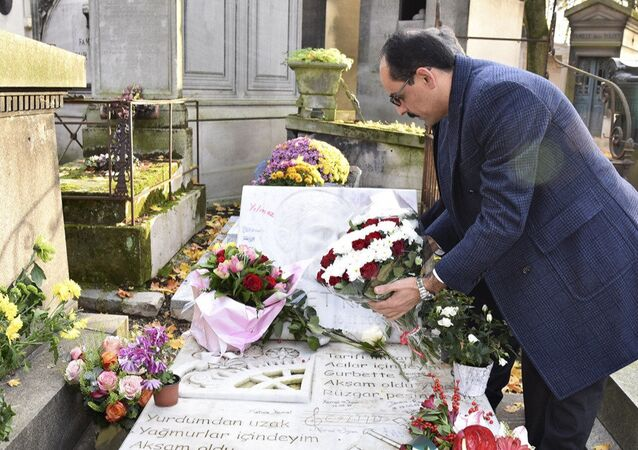 Cumhurbaşkanlığı Sözcüsü İbrahim Kalın, sanatçı Ahmet Kaya'nın mezarını ziyaret etti