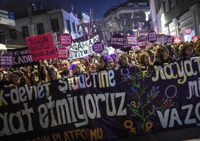 25 Kasım Platformu üyeleri, 25 Kasım Kadına Yönelik Şiddete Karşı Uluslararası Mücadele Günü dolayısıyla Beyoğlu'nda yürüdü.