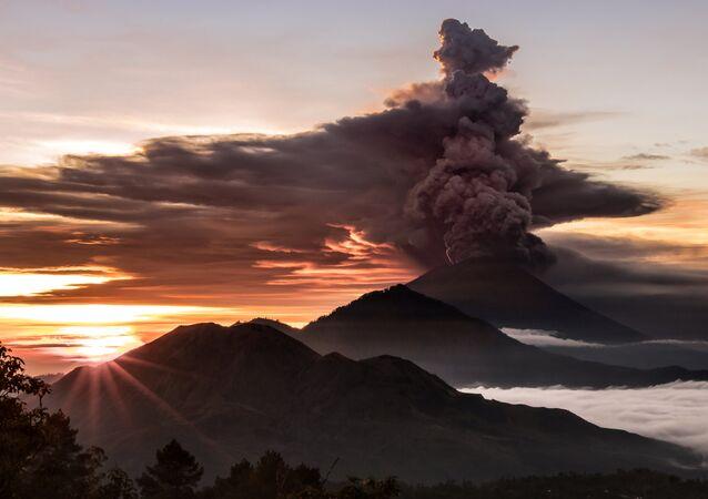 Bali'de yanardağ faaliyete geçti