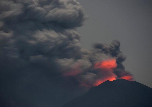 Endonezya'nın Bali adasında Agung Yanardağı'nın faaliyet geçmesinin ardından kapatılan uluslararası havalimanı 3 gün sonra yeniden açıldı. Hava trafik kontrol kurumu AirNav Bali'deki uluslararası havalimanı normal olarak çalışmaya başladı dedi. Endonezyalı yetkililer de en üst seviyeye çıkardıkları uçuş uyarısını bir alt seviye olan 'turuncuya' düşürdü.