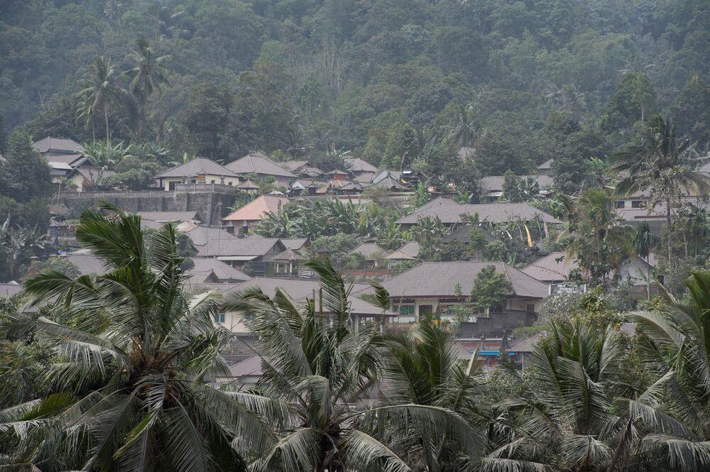 Endonezyalı yetkililer Agung Yanardağı'nda her an büyük bir patlama yaşanabileceğini duyurmuş ve volkanın çevresinde yaşayan on binlerce kişi tahliye edilmişti.