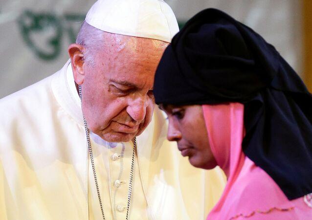 Papa Francis Arakanlı sığınmacılarla bir araya geldi