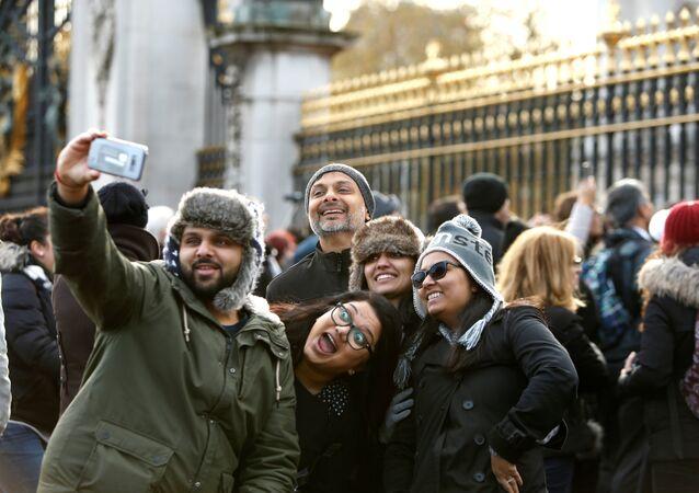 Londra Buckingham Sarayı turistler selfi