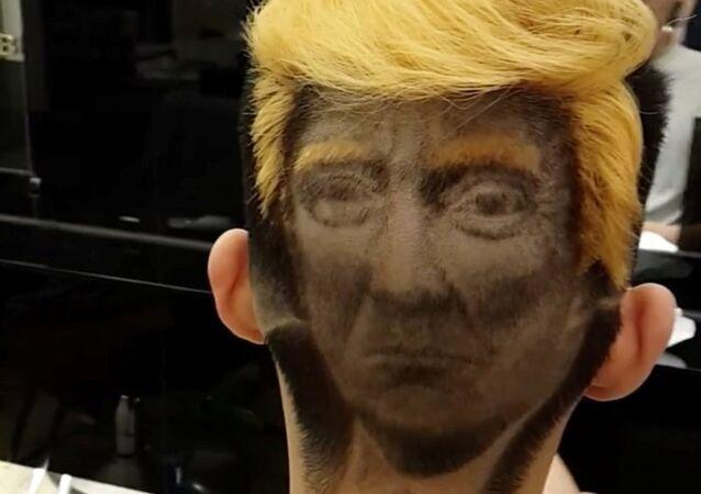 ABD Başkanı olduğundan bu yana dünyanın en tanınan figürlerinden birine dönüşen ve olumlu-olumsuz çok sayıda görsele malzeme olan ABD Başkanı Donald Trump  bu kez 'alışımadık' bir yerde görüntülendi.  Tayvan'da bir berber Trump'ın portresini hayranı olan bir kişinin saçlarına kazıdı.
