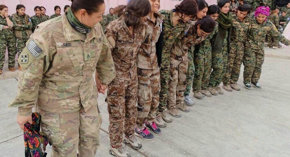 YPG'li kadınların halayının başında ABD'li kadın asker