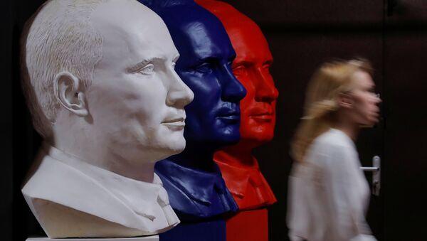 Moskova Çağdaş Sanat Müzesi'nde (UMAM) Rusya Devlet Başkanı Vladimir Putin temalı 'SüperPutin' sergisi açıldı. - Sputnik Türkiye