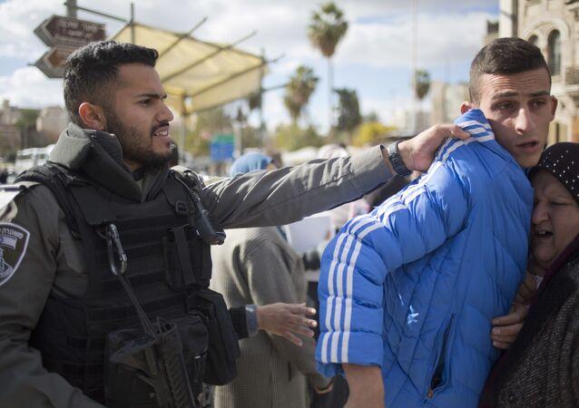 Filistin Kızılayı'ndan yapılan yazılı açıklamada, İsrail askerlerinin göz yaşartıcı gaz, gerçek ve plastik mermi ile eylemlere müdahale ettiği, 108 Filistinlinin yaralandığı ifade edildi.