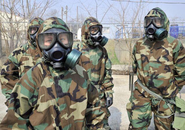 ABD'nin 23. Kimyasal Taburu'ndan askerler Güney Kore'deki tatbikatta koruyucu kıyafetleriyle