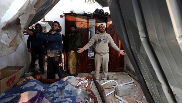 İsrail'in Gazze'ye hava saldırısında evi zarar gören Filistinli - Sputnik Türkiye