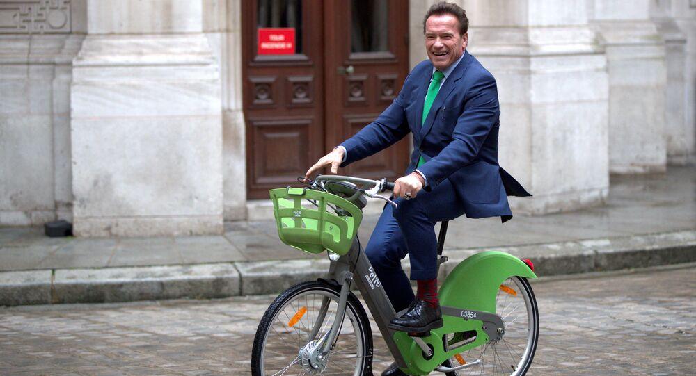 Paris'te bisikletle gezen Schwarzenegger, ABD'de İklim Anlaşması'ndan çıkan tek kişinin Başkan Trump olduğunu, başka herkesin anlaşmayı desteklediğini söyledi.